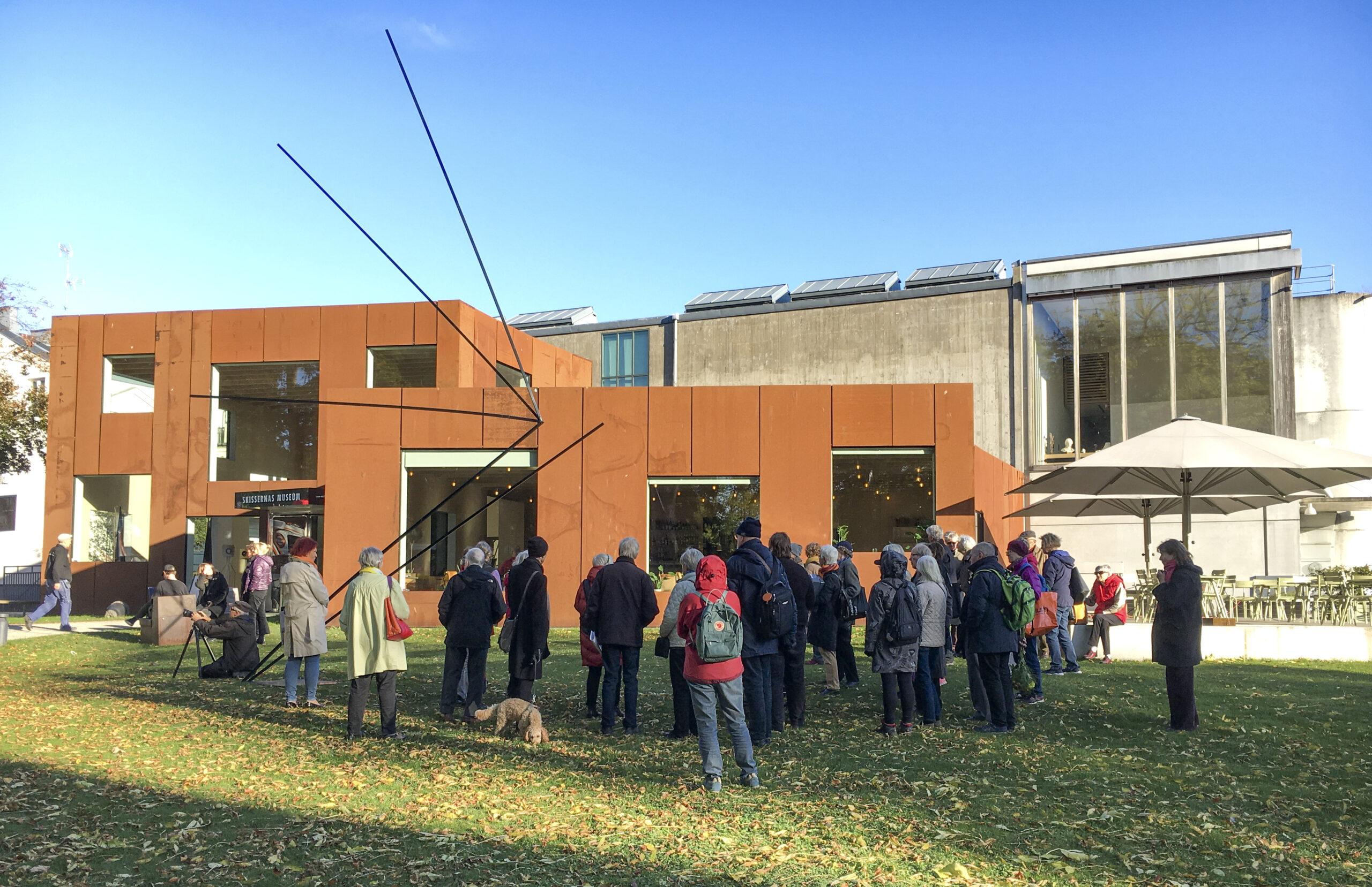 Många människor framför en modern byggnad